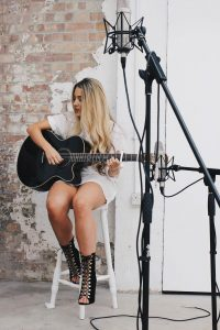 Abi Acoustic Singer